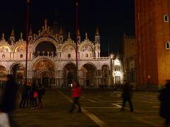 夜のサン・マルコ寺院 - Basilica di San Marco。  貿易大国だったヴェネツィアを象徴する豪華絢爛な聖堂。  昼はカラフルなイメージでも、夜は夜で暗闇に浮かぶ繊細さが美しい。