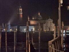 ベネチアの超絶景 ... サン・ジョルジョ島に浮かぶ Basilica di San Giorgio サン・ジョルジョ・マッジョーレ聖堂。   サン・マルコ小広場を出てすぐの埠頭Molo付近から。  ゴンドラが係留するための何本もの杭(くい)、まさにヴェネチアらしくて夜景もいい。
