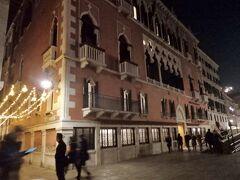 スキアヴォーニ河岸 Riva degli Schiavoni。  リーヴァ・スキアヴォーニに建つ14世紀頃の総督の館パラッツォ・ダンドロをリフォームしている老舗ホテル。  ヴェネチアの最高級ホテル。3つの建物をつないでいます。 ホテル ダニエリ ア ラグジュアリー コレクション ホテル ベニス。 Hotel Danieli a Luxury Collection Hotel Venice  『仮装の貸し出しもあり、夜にはロビーに仮装の人々が集まってカーニバルの雰囲気を楽しむ。従業員も一部仮装。素晴らしい雰囲気』なんだそうです。  もしこの時最高級ホテルに入りたい気分だったら、カーニヴァルの仮装の人々を見てきたでしょうが帰るのを急ぎ、のちに水上バスを待つ無駄な時間をとられ船も酷い乗り心地だったので、ホテルに入らなかったのは判断ミスでした。