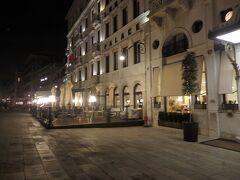 ロンドラ・パレスはここにあったのですね。  Vittorio Emanuele II銅像前に建っているホテルは、私が一番最初にヴェネチアで泊まったところ。  21日間のヨーロッパ旅行に友人と出かけ、何だかロマンチックそうだからヴェネチアとニースだけはとても良いホテルに泊ろう!と、雑誌に掲載されていたロンドラ・パレスを選んで泊ったけれど、フロント係りに弄ばれそうになって若さのあまり超オコだった思い出。