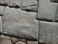 クスコの観光スポットの一つして「12角の石」はとても有名です。複雑な形の石が堅固な石垣の中にぴったりと組み込まれている様子は、不思議な感銘を与えます。  太陽のパワー、そして、現在まで積み重なってきた歴史のパワーを感じることのできそうな「12角の石」。  ハトゥン・ルミヨック通りにあり、宗教美術博物館の壁の一部です。