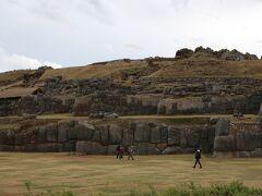 サクサイワマン遺跡  サクサイワマン遺跡は、クスコの北方1.5kmほどの場所にあり、巨岩が立ち並ぶ歴史あるものです。  車輪も牛馬もない時代に、巨岩をいくつも運んだという建築に関する謎です。