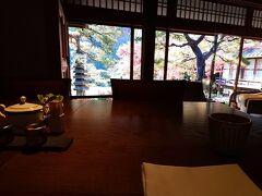 一番遅い時間帯(10時~)のせいか空いていました。 横並びにお席につき、庭園を眺めながらの朝食です。  https://www.suihotels.com/suiran-kyoto/restaurant/kyo-suiran/