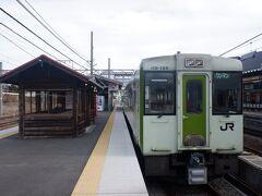 山梨県に入り小淵沢駅で小海線に乗り換えます。ちなみに駅ホームに「元気甲斐」という駅弁を売るお店があるのですが、この時期は休業中でした。   元気甲斐って、昔桃鉄のビンボー神のクイズで出てきたような記憶があります。