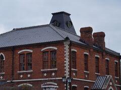 御所跡の東側を走る烏丸通の東側には、同志社大学の校舎が建ち並んでいる。 入口近くに建っていた煉瓦造りの建物は、とても瀟洒だった。 後で調べると、明治17年(1884)に建てられた彰栄館と言う建物で、国の重要文化財に登録されているそうだ。