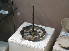 その施設は、京都市内で発掘された考古資料を展示しているもので、縄文時代から江戸時代までの資料を見ることができる。 中には、平安京造営の際に地鎮祭を行った際に用いられた道具もあり、これが発掘されたことで、平安京の内裏の位置が正確に分かったのだそうだ。 他にも本能寺の瓦や聚楽第の金箔瓦なども展示されていた。
