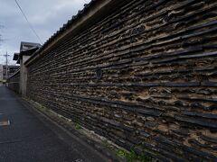 その雨宝院の南側には、本隆寺の塀が続いている。 瓦を重ねて造られた塀で、こちらも良い風情を醸し出していた。