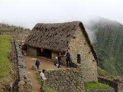 見張り小屋に到着、見張り小屋からは遺跡が一望できます憧れていた初めて見るマチュピチュの景色です、絶景に感激しています。