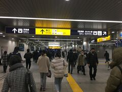 横浜駅乗り換え。 伊勢佐木長者町まで地下鉄で行ってそこで乗り換えれば、同じルートの1本早いバスに乗れることは知っています。しかし、そのバス停の位置がよく分からないので、わかりやすい横浜駅東口のバスターミナルから乗ることにしました。