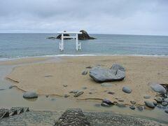 そしてこちらが桜井二見ヶ浦の夫婦岩と大鳥居です。 海の中に建つ白い鳥居がスポットかと思ったけど、岩の方なんですね。 雨はやんでいますが、天気がイマイチなのであまり綺麗じゃないなぁ。