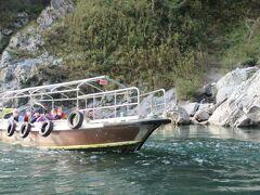 遊覧船 吉野川を4キロ下って、Uターンして戻ってくる30分コース 1200円 定期運航ではなくて、人が集まったら動かすので時刻表はありません。