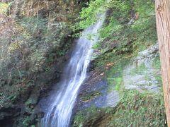 平家の落人が都をしのんで滝の下で琵琶を奏でたとか。