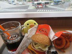 A&Wさんです さきほどの交差点を見ながら ハンバーガーとルートビアを堪能します。 ルートビアはシップ?のような におい(味)?がして 好みが分かれますが、トリは結構好きです。