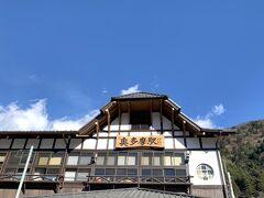 駅舎が青空に映えます♪ 山間部なので気温が・・・寒い(>.<)