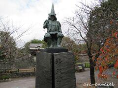 お城の前には、立派な加藤清正像。