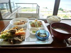 キッズメニューはないため、ヘルシーメニューの中から「イノープレート」を子ども2人でシェア。天ぷらや角煮は大人がつまんで、後は子どもたちで。バランスよく食べてくれました。  イノープレート 1,300円   レストラン「イノー」 https://churaumi.okinawa/area/restaurant/inoh/  ※補助椅子やハイチェア有。子供用の食器やスプーンもご用意くださいました。