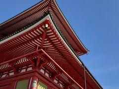 平和の大塔  1階は大塔入口、成田山の歴史展、写経道場各種受付があります。御朱印受付もこちらです  2階の明王殿には、大塔の御本尊不動明王、四大明王、昭和大曼荼羅、真言祖師行状図が奉安され、3・4階の経・法蔵殿には、ご信徒による掛仏、5階の金剛殿には五智如来が奉安されています  現在はコロナ対策で見られる場所見られない場所が結構あります!