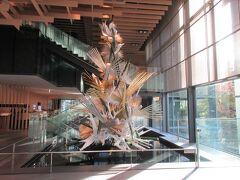 ■ロビー階■ エントランスのモニュメント、あれ?HPと違う・・草月のクリスマスツリーです。 天井の木組みは隈 研吾氏の「斗栱(ときょう)」 和モダンです。   この奥がパンケーキの有名な「ORIGAMI」レストランです。