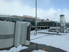 雪の函館空港に到着しました。
