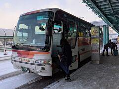 帝産のシャトルバスで函館駅へ向かいます。帝産バスは現金のみですが、函館バスだとスイカやパスモが使えます。