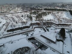 展望台からの眺めです。今回、函館の冬景色で見たかったのは「白い五稜郭」と「赤いクリスマスツリー」です。まずは、第1のミッションクリアです。