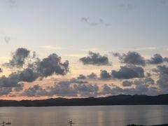 旅行3日目の朝。 前日はナイトツアーで帰りが遅くなったけれど、なんとなく目が覚めたので日の出を見にテラスへ出てみた…けどやっぱり雲が多かった。  この後はベッドに戻って二度寝しました。