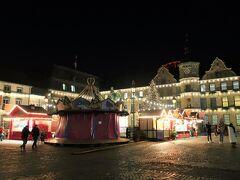 Marktplatz(マルクト広場)  本来は、クリスマスマーケットのメイン会場になる場所。こちらも4軒の屋台が出ています。100年以上の歴史をもつカルーセルは、残念ながら今年はカバーを外されることはなさそうです。