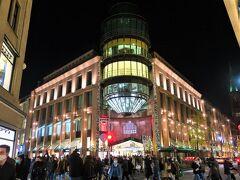 Schadow-Arkaden(シャドウ・アルカーデン)  ドイツでは、11月のブラックフライデーを皮切りにクリスマス商戦が始まります。今年は特にコロナによる経済損失があったため小売店の期待も大きいものでした。  しかし、ハードロックダウンの発表が12月11日にされ、12月16日から商店の閉鎖が決定。クリスマスプレゼントの用意をしていなかった人たちは当然大慌て。ロックダウン前日の15日、それはそれは…どこもかしこも混雑したそうです…。