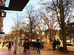 Königsallee(ケーニヒスアレー)  デュッセルドルフの高級ブティックが建ち並ぶ目抜き通り。通年買い物客で賑わっている通りですが、クリスマス時期は特にプレゼントを購入する人たちで行列を成していることも多々。