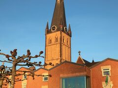 St.Lambertus(聖ランベルトゥス教会)  13世紀に建てられたデュッセルドルフで最も古く最も大きいゴシック様式の教会。  1815年に教会の塔が雷にうたれて焼失してしまい、1817年に上部分だけ修繕しましたが、その際に使用した木材が歪んできて、現在は先端が曲がっています。