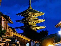 夜の八坂の塔 撮影スポットなんで、夜もカメラ持った人が多いです