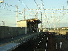 西尾口駅。急行電車は通過。