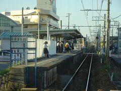桜町前駅。 片面ホームの駅だけど、急行電車停車。 近くに高校があるらしく、その生徒たちがたくさん乗ってきた。