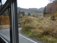 湯沢駅から津南町へはバスで。途中の錦繍が見事でした。