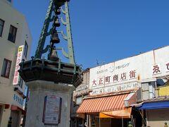 文化遺産の上野ビルからは歩いて10分ほど。 若戸大橋のたもとにある大正町商店街。  同じレトロでも、海側のそれとは真逆の 汗染みな年季を感じさせるレトロ。