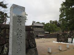 松江城 松江城は、全国で現存する12天守のうちのひとつで、彦根城、姫路城と並び、近世城郭最盛期を代表する天守として国宝に指定されています。