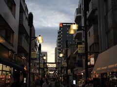 戸越銀座商店街は、戸越銀座駅をはさんで東西約1.3km、約400店が軒を連ねる東京で最も長い商店街。 戸越銀座は、全国で300以上といわれる「〇〇銀座」という地名の元祖。関東大震災の折、瓦礫となった銀座通りのレンガを譲り受け、水はけの悪かった商店街に敷き詰めたことから「戸越銀座商店街」と命名されました。