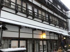 再び温泉街。丸屋旅館のクラシックな建物。