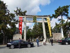 この前の日から京都に入り、朝は将軍塚青龍殿に行きましたが、それはその2で。  将軍塚からバスを乗り継いで、北野天満宮へ。 一の鳥居に「もみじ苑公開」とありますね。