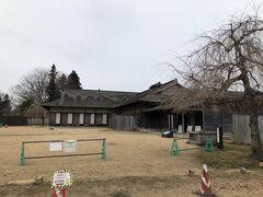 木橋を渡って本丸の東門から入り、入場料(博物館との共通券で400円、本丸だけなら250円)を払って、本丸内に入ります。根城は、1334年に南部師行によって築かれ、1627年に当時の城主が遠野市へ移住するまで300年、この地の城主が住みました。昭和16年に国の史跡に指定され、発掘調査に基づいて、平成6年10月に、安土桃山時代の建物が再現されています。写真は領主公館である主殿です。