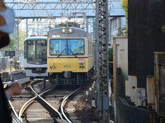 びわ湖浜大津駅で坂本比叡山口行きに乗換。 右のチンチン電車に乗ります。 左がさっき乗って来た、地下鉄から来た電車です。