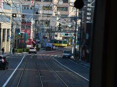 上栄町を過ぎると、いきなり路面電車になります。 地下鉄から出て来た4両の電車が道路を走るのは日本でここだけとか。 時速20キロのノロノロ運転で、道路信号に従って走ります。 20キロって、、岡山市電よりも遅いね(/・_・\)