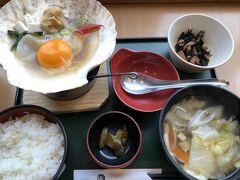 旅行最後の食事は、駅の2階の、隣のホテルにつながるところの「いかめしや烹鱗」で、観光客らしく「みそ貝焼きとせんべい汁定食」1580円 をゆっくりいただきました。