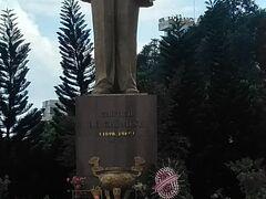 川辺にはホーチミン像。