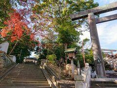 伊勢山皇太神宮は掃部山公園からチャリで5分ほど。 横浜の鎮守様です。 結構坂をのぼります。 駐輪場は立体駐車場の入り口付近にあります。