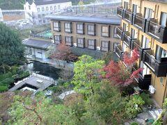 今回の旅行も最終日。 この日は竹竹原の観光です。 その前に賀茂川荘の写真を撮ります。 客室からのホテルの風景です。