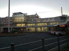 愛知県名古屋市は日本第3の都市なだけあって、電車で1時間圏内に空港が2つあります。  そのうちの一つ、県営名古屋空港 通称小牧空港はフジドリームエアラインズが拠点としているこじんまりとした空港です。  小さい故か、駅がありません。 JRユーザーにお勧めなのが中央線勝川駅からの路線バスです。 本数も多く、値段も300円と格安です。