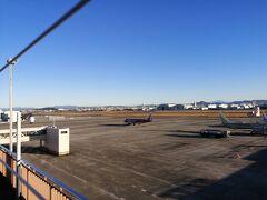 空港までは30分前後です。 勝川駅から豊山町の中心部までは通勤客が多く、空港まで乗りとおす乗客は僅かでした。  展望デッキもあり、20分くらいここで時間をつぶせます。 飛行機好きならもう少しいられるんじゃないでしょうか