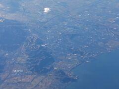 木曽三川と伊勢湾が見えなくなると琵琶湖が現れます。 朝もやのせいで対岸が曇り、本当に海に見えます。  琵琶湖の手前にある大きな町が彦根市街地で、その中心に彦根城が見えます。