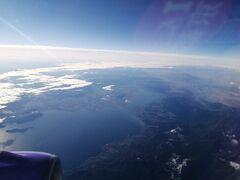 琵琶湖の北湖と南湖が1度に見られるのは飛行機から以外ないでしょう。 南湖の北側には比叡山が見えます。